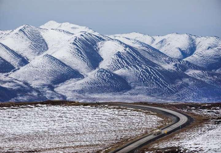 Un camión circula por la autopista Dalton a través de la cordillera Brooks, al sur de Sagwon, Alaska (EE.UU.). EFE/Archivo