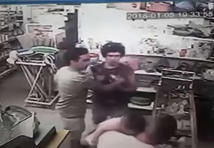 Bebé recibe un fuerte puñetazo en medio de una pelea (Video)