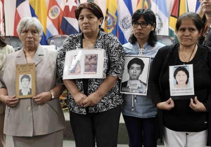Familiares de las víctimas de las matanzas de La Cantuta y Barrios Altos ocurridas en Perú durante la presidencia de Alberto Fujimori (1990-2009) hoy, viernes 2 de ferebro de 2018 en la capital costarricense. EFE