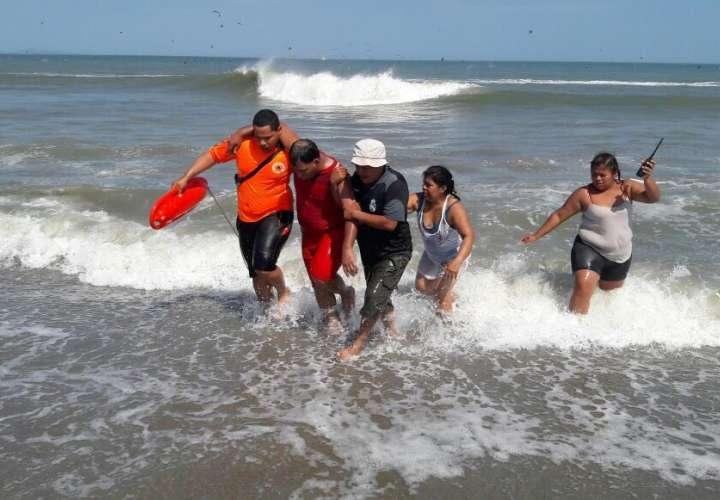 Rescatan a 4 personas en playa Punta Chame