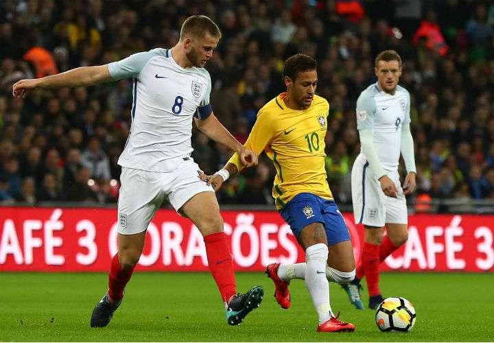 Neymar (centro) es la principal figura de la selección brasileña. Foto AP