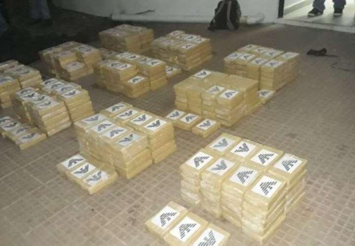 La droga se encontraba en 10 maletines, que al ser verificados dieron positivos para 421 paquetes de sustancias ilícitas.