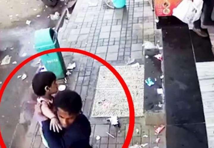 Raptan a niña de 2 años frente al negocio de sus padres [VIDEO] (Foto: Captura).