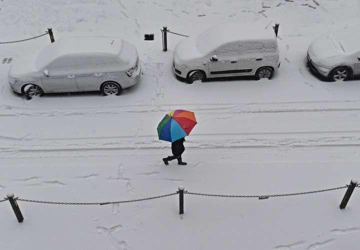 La nieve persistente y las condiciones de congelación de un chasquido siberiano están causando retrasos en muchas partes de Europa continental, con carreteras y los servicios de trenes golpean particularmente duro. AP