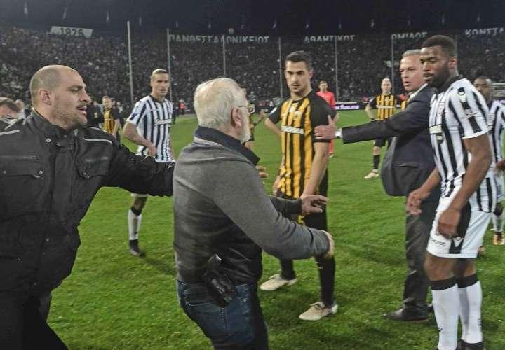 Dirigente entra armado a campo de fútbol