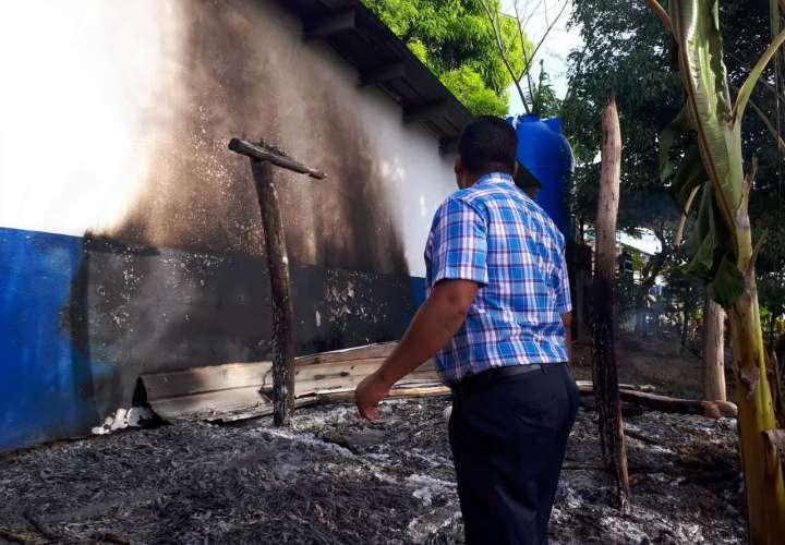 Se llevan alimentos e incendian dos ranchos en escuela de Veraguas