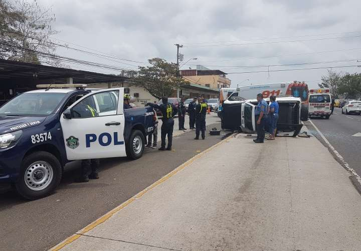 Ambulancia se voltea al chocar con auto