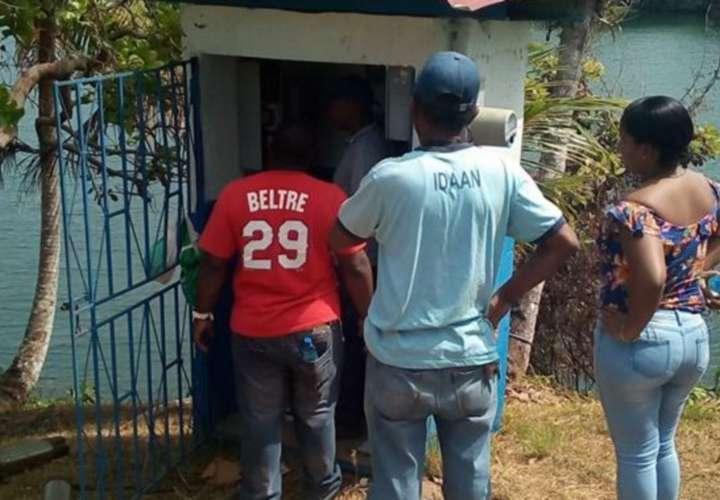 Arreglan bomba de agua en Escobal