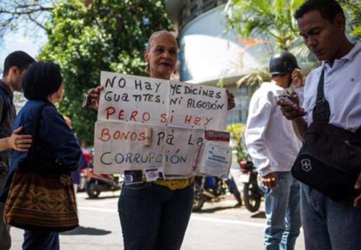 Protestan en un importante hospital de Caracas por la crisis económica