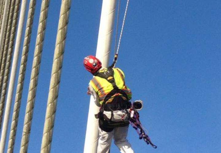 Alpinistas de EEUU inspeccionan tirantes de puente Centenario