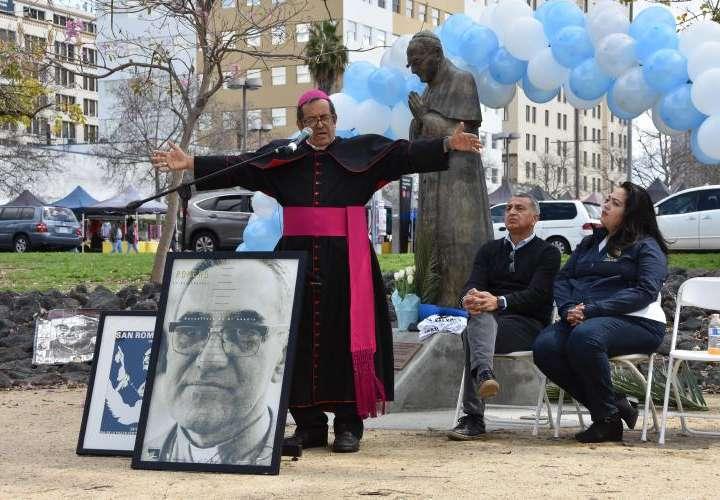 Salvadoreños celebran su primer santo
