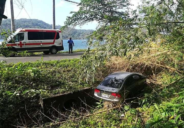 Auto cayó en cuneta, en Colón