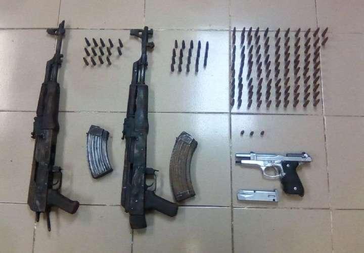 Narcos abandonan armas durante balacera en Darién