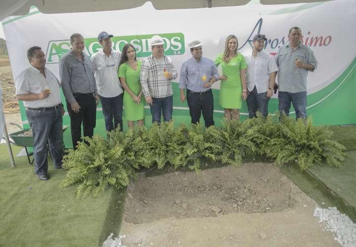 De izquierda a derecha: Raúl Palacios, Presidente de la Asociación Nacional de Molineros de Arroz (Analmo); el Honorable Alcalde de Chepo, señor Olmedo Barrios; Bernardo Fiol, Gerente General de Agrosilos, S.A.; Nunzio Girlando, Presidente de Agrosilos, S