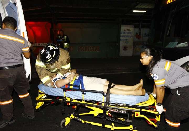 Metrobús impacta auto sedán y deja varios heridos
