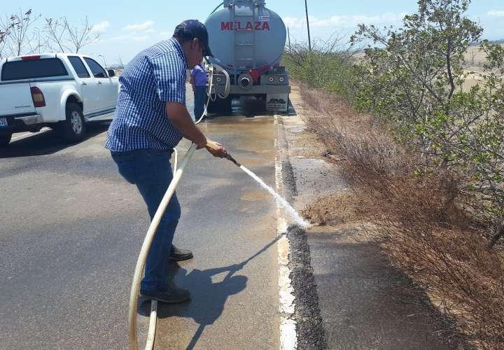 Limpian el pavimento de la vía hacia la playa El Salado