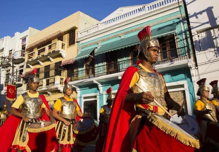 Vestidos de guardias pretorianos en típica procesión en Santo Domingo