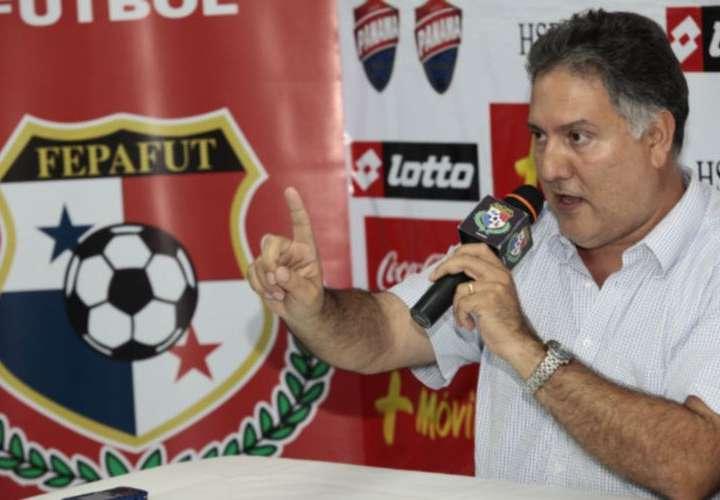 Chaluja llama asno a periodistas