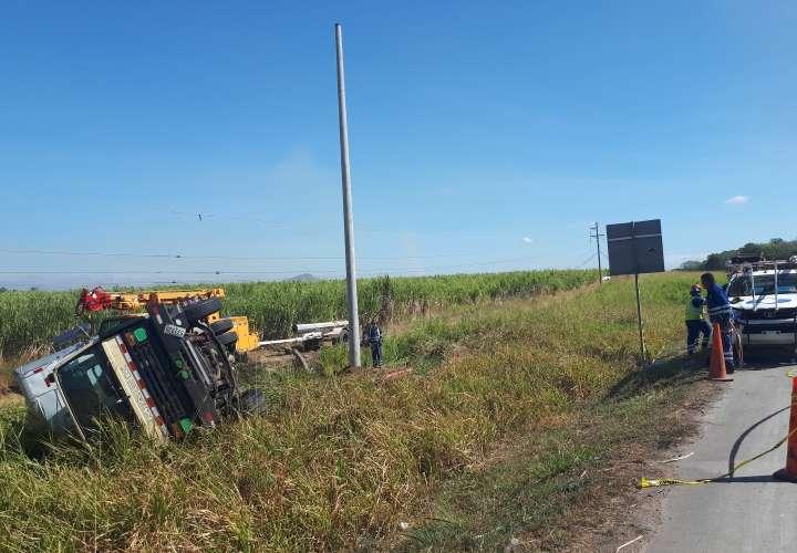 Camión tumbó poste y dejó sin energía eléctrica a casi todo Coclé