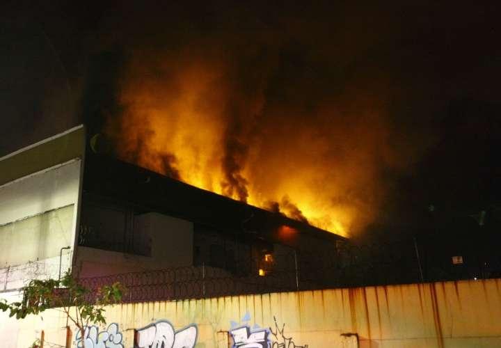 Fuego en antiguo almacén