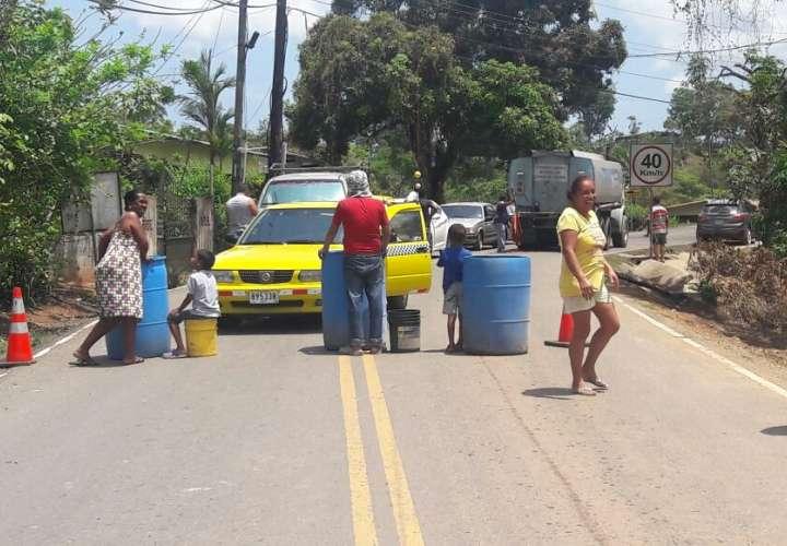 Cierran vía en protesta por falta de agua