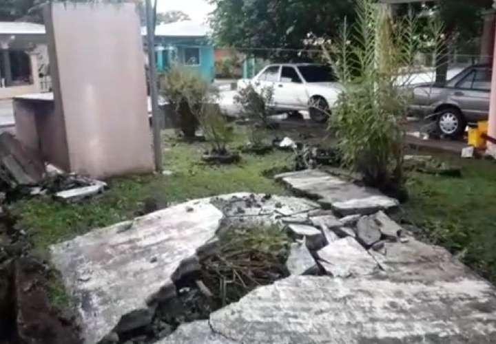 Casi los aplasta el muro de su vivienda