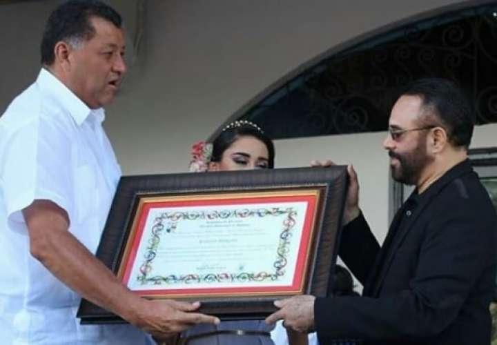 Roberto Delgado, recibe reconocimiento