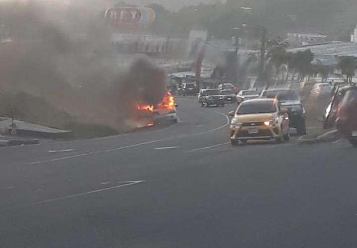 Auto envuelto en llamas