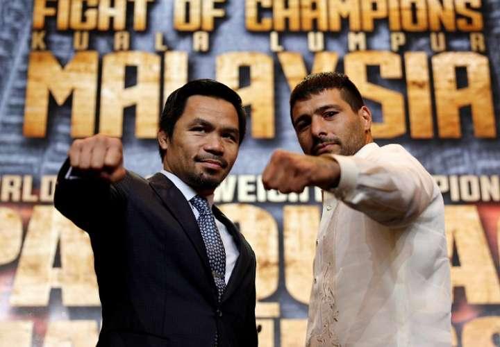 Pacquiao  (izq.) y Matthysse posan durante una rueda de prensa en Manila. Foto: EFE