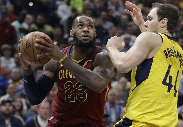 LeBron James (izq.) contribuyó al triunfo de los Cavaliers. Foto: AP