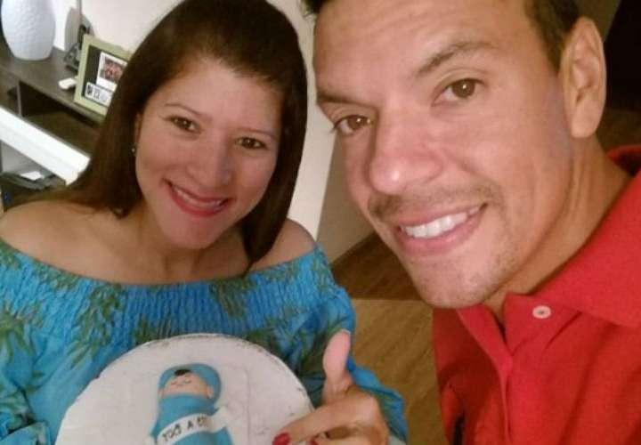 Roly Sterling y su esposa anuncian que tendrán un niño