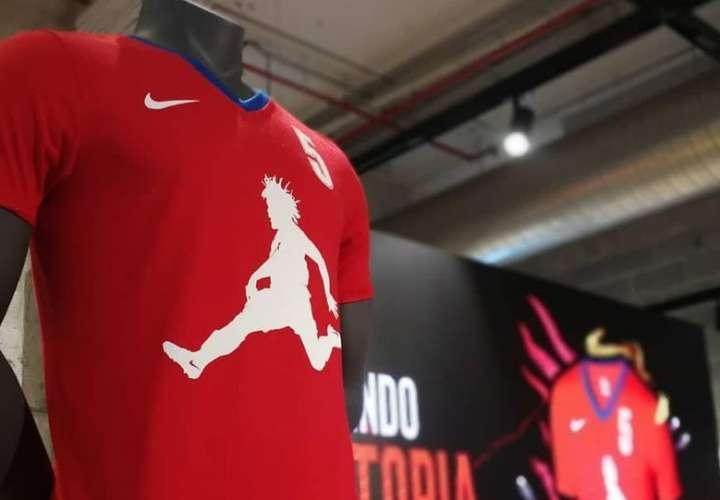 Román Torres es honrado con una camiseta personaliza previo al Mundial de Rusia