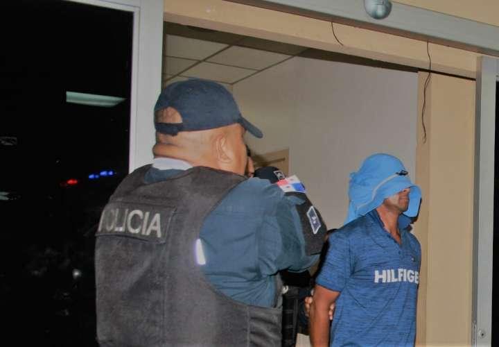 Vista general del imputado cuando salía de la audiencia en La Chorrera. Foto: Eric Montenegro