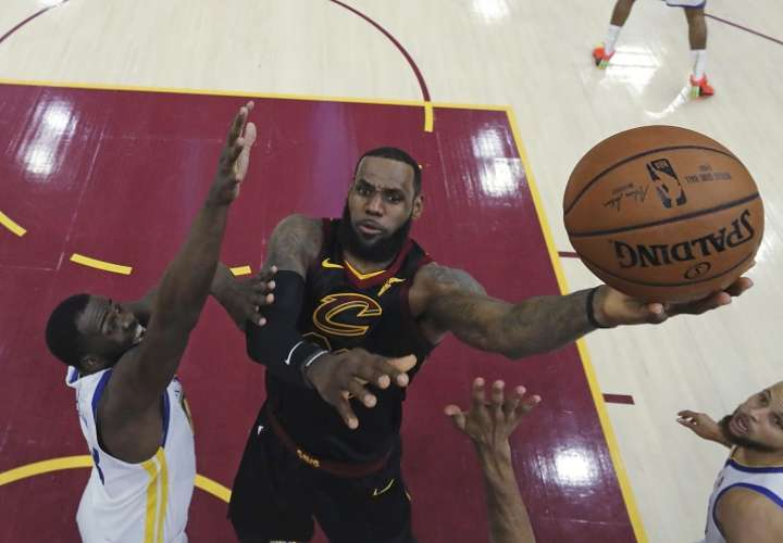 LeBron James acabó el partido con un triple doble, de 33 puntos, 11 asistencias y 10 rebotes. Foto: AP