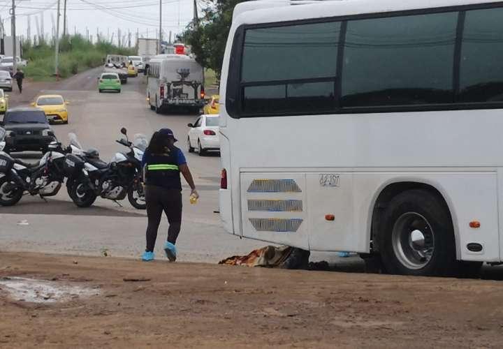 Muere al pasarle las llantas de un bus  por encima