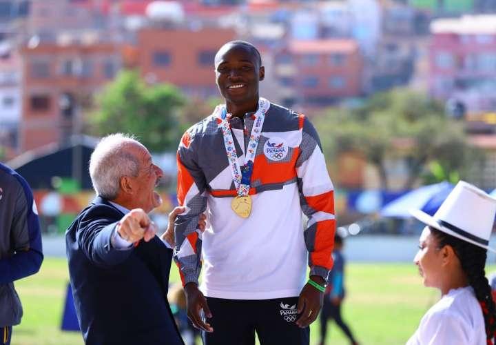 Alonso Edward se colgó la medalla de oro de la prueba de los 100 metros planos. Foto: COP