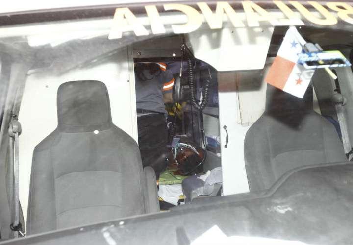 Vista general del momento en el que la víctima es ingresado al hospital Santo Tomás. Foto: Alexander Santamaría
