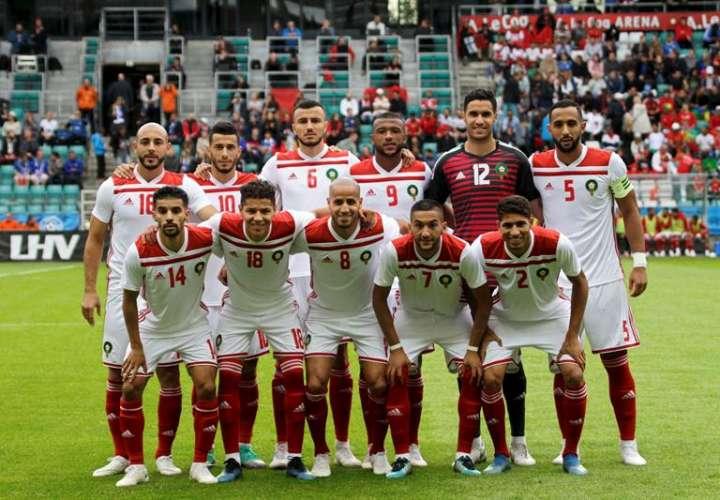 La selección nacional de Marruecos tomó hoy contacto con la alfombra verde del impresionante estadio de San Petersburgo. Foto EFE