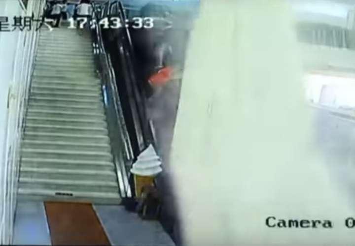 Captura de video donde se aprecia el desplome del cielo raso.