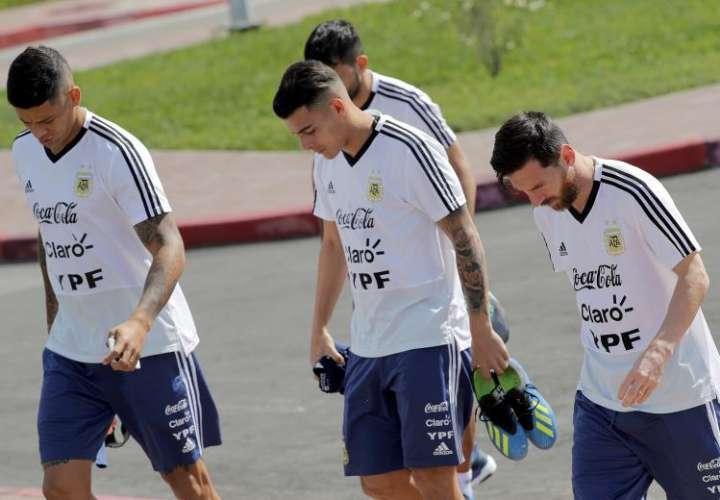 Lionel Messi (dcha.), Cristian Pavón (c) y Marco Rojo llegan al entrenamiento que el equipo albiceleste ha realizado hoy en Bronnitsy. Foto EFE