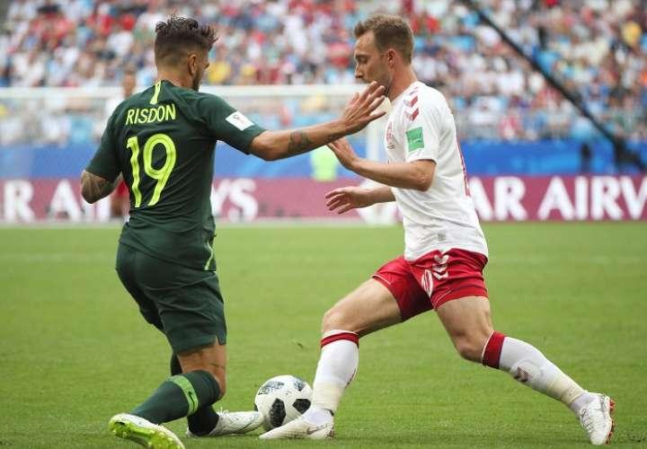 Christian Eriksen disputa el balón en el encuentro frente Australia./EFE
