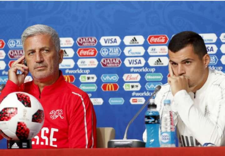 El entrenador de Suiza, Vladimir Petkovic (i), y el jugador, Granit Xhaka (d). Foto:EFE