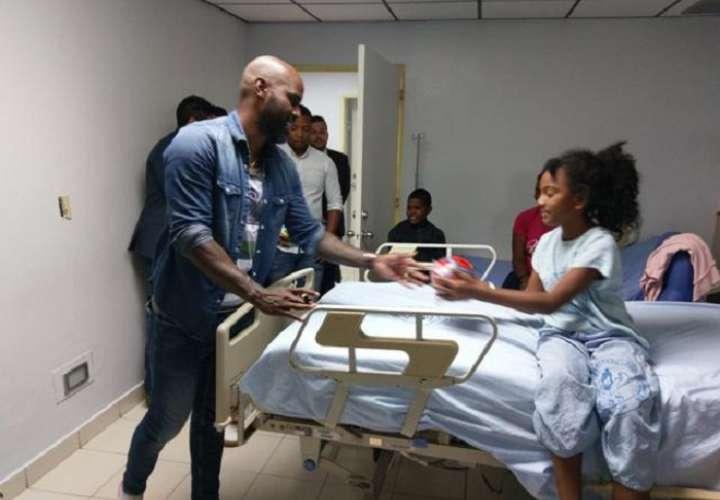 Felipe Baloy entrega regalo a paciente del hospital. Foto: Cortesía