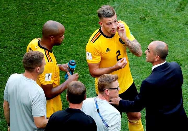 El entrenador español Roberto Martínez (dcha.) conversa con los jugadores de Bélgica, durante el partido por el tercer lugar ante Inglaterra. Foto EFE