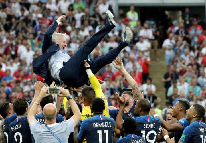 Jugadores franceses mantean al técnico francés Didier Deschamps. Foto:EFE