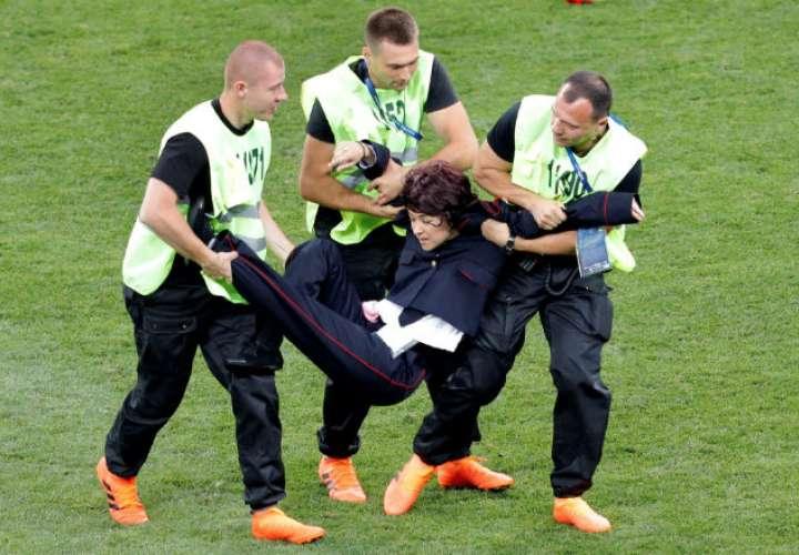 Cuatro chicas activistas saltan al campo e interrumpen en la final del Mundial