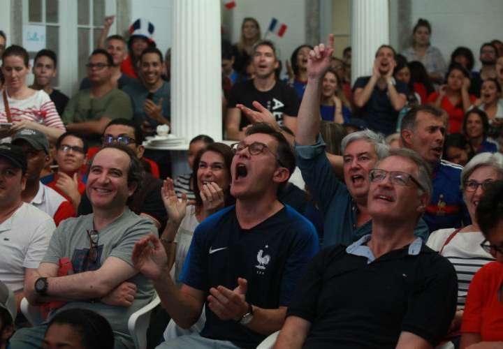 Fanáticos franceses apoyando a su selección en la Alianza Francesa. Foto: Anayansi Gamez