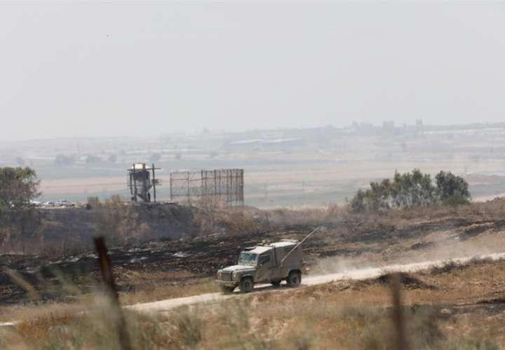 Un vehículo militar israelí patrulla cerca de la frontera con Gaza, en el sur de Israel. EFEArchivo