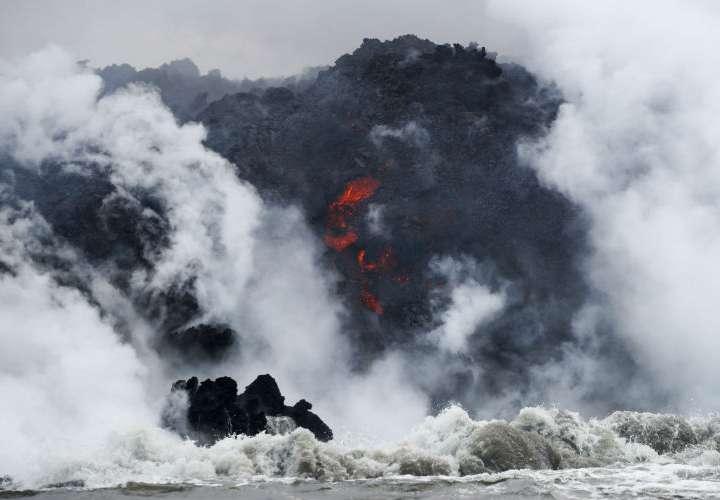 La lava proviene del volcán Kilauea, el cual ha hecho erupción desde principios de mayo en una zona residencial rural. AP