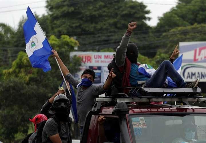 Cientos de personas a bordo de motocicletas, vehículos y camionetas salen de Managua (Nicaragua). Foto: EFE